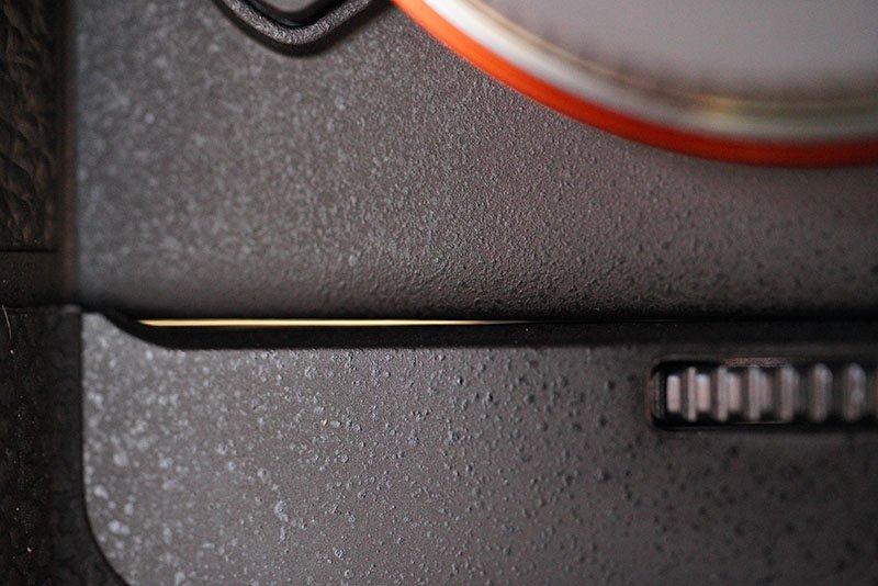 Meike MK-A9 Pro Battery Grip Gap
